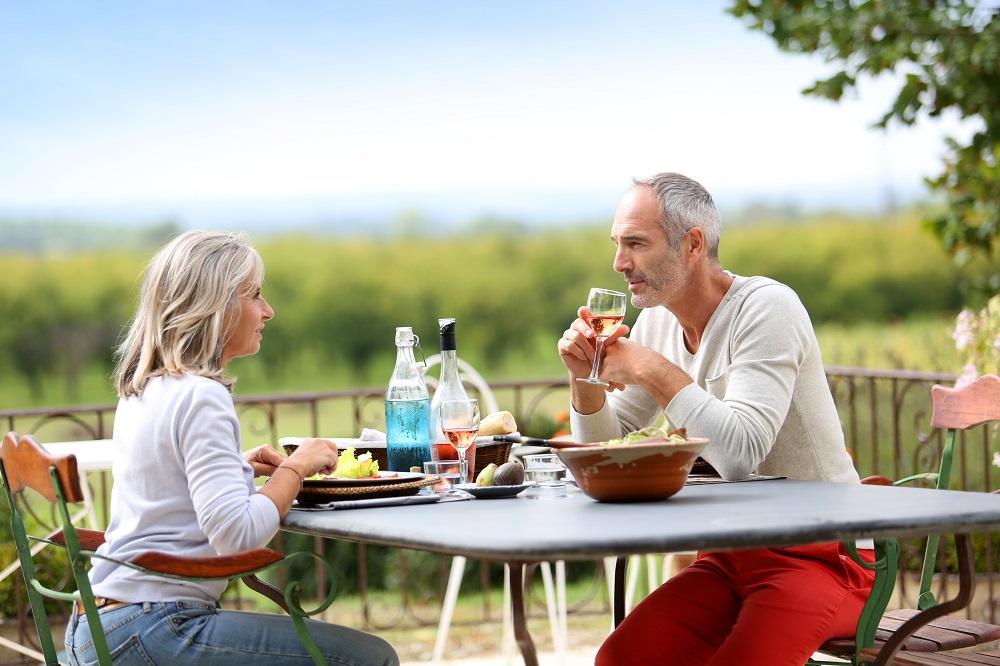 echtpaar dat aan het eten is tijdens een van de bus reizen